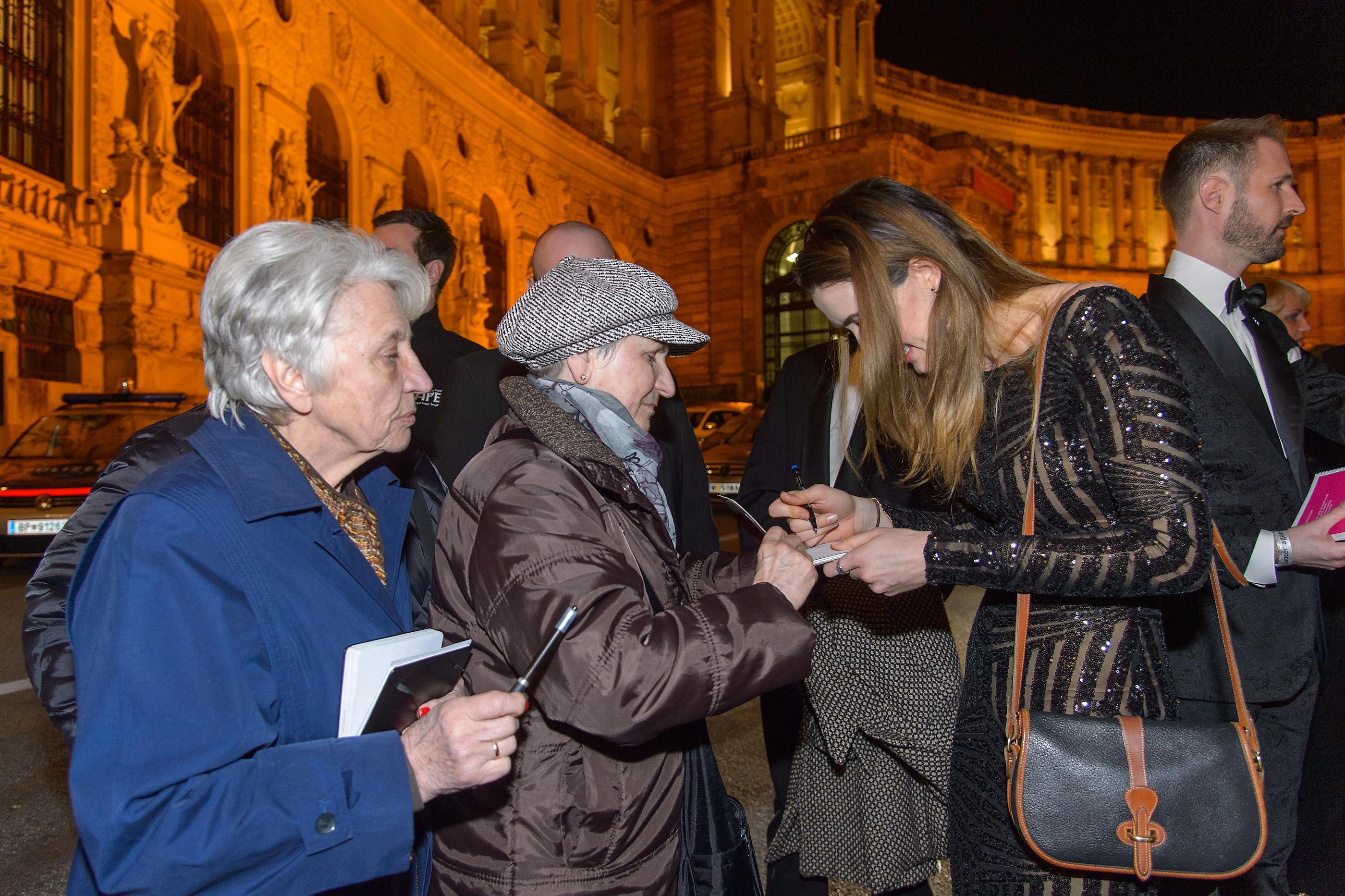 Madeline ZIMA gibt Autogramme